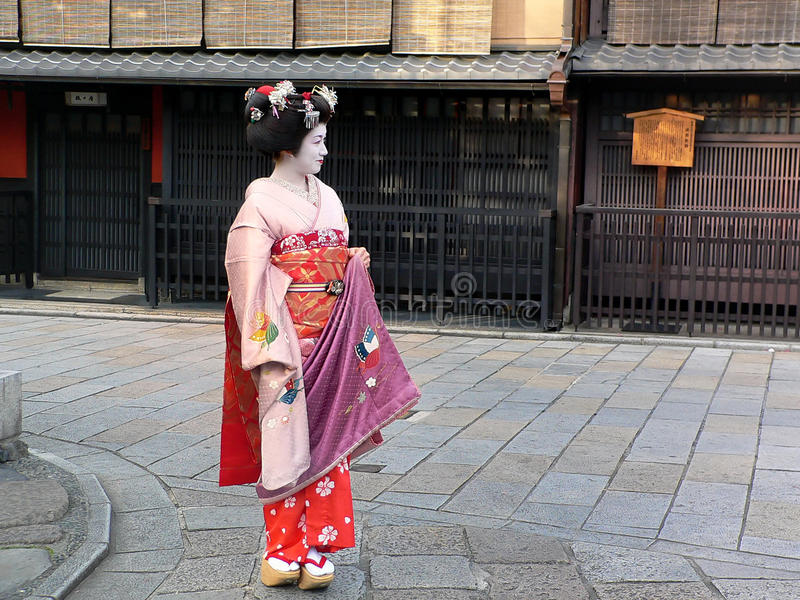 Het kleden zich Maiko, Gion Kyoto Japan stock foto