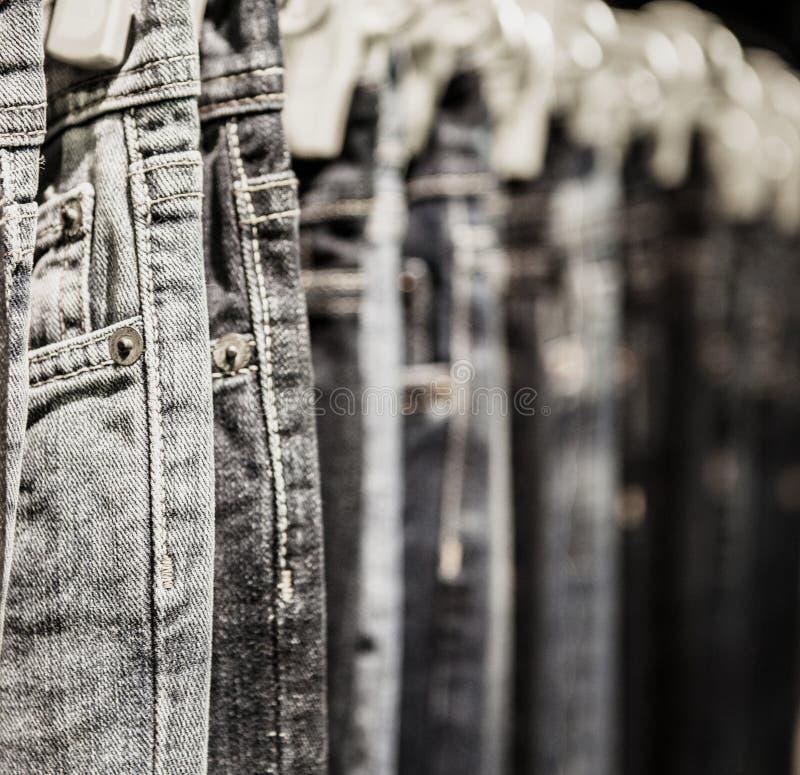 Het kledingstukrek met klassieke Jeans sluit omhoog geschoten stock foto