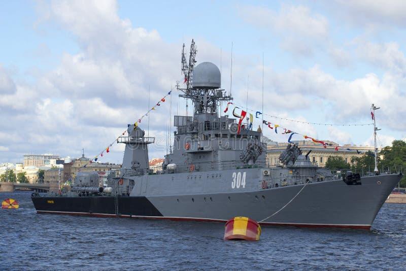 Het kleine anti-submarine schip Urengoi op het Neva River-close-up St Petersburg stock foto