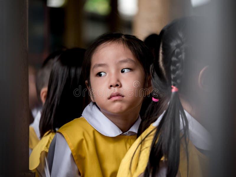Het kleine Aziatische meisje die droevig voelen stock afbeeldingen