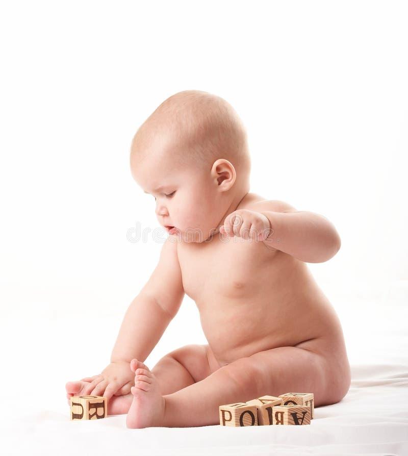 Het kleine baby spelen met blokken na het nemen van een bad 2 stock afbeeldingen