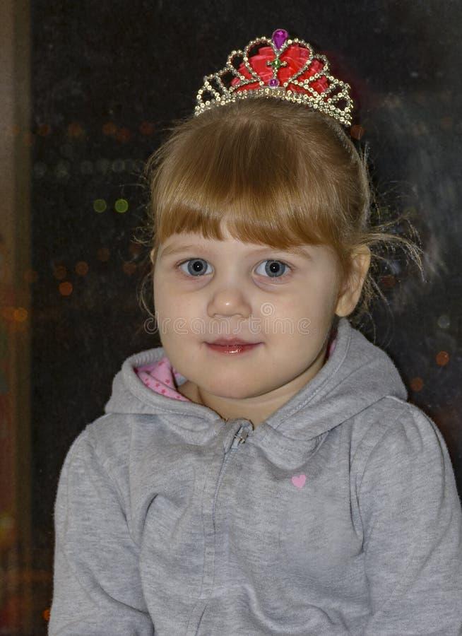 Het kleine blondemeisje met blauwe ogen royalty-vrije stock fotografie