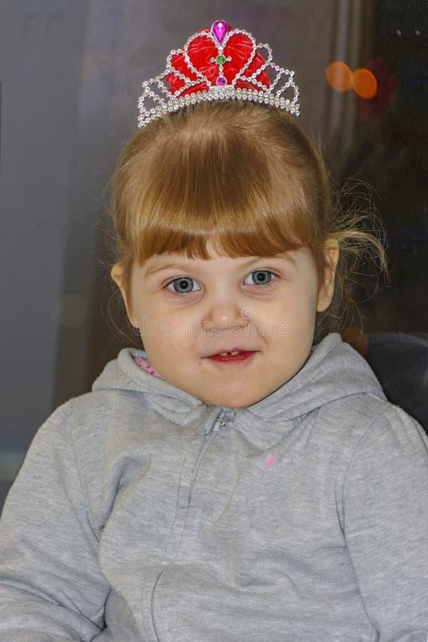 Het kleine blondemeisje met blauwe ogen royalty-vrije stock foto
