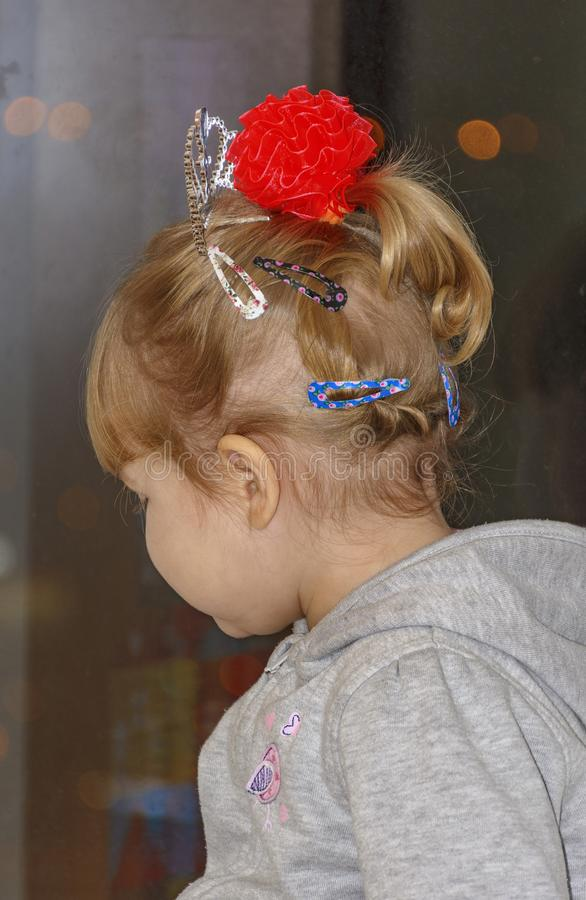 Het kleine blondemeisje met blauwe ogen royalty-vrije stock afbeeldingen