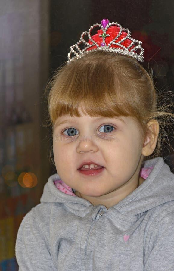 Het kleine blondemeisje met blauwe ogen stock afbeeldingen