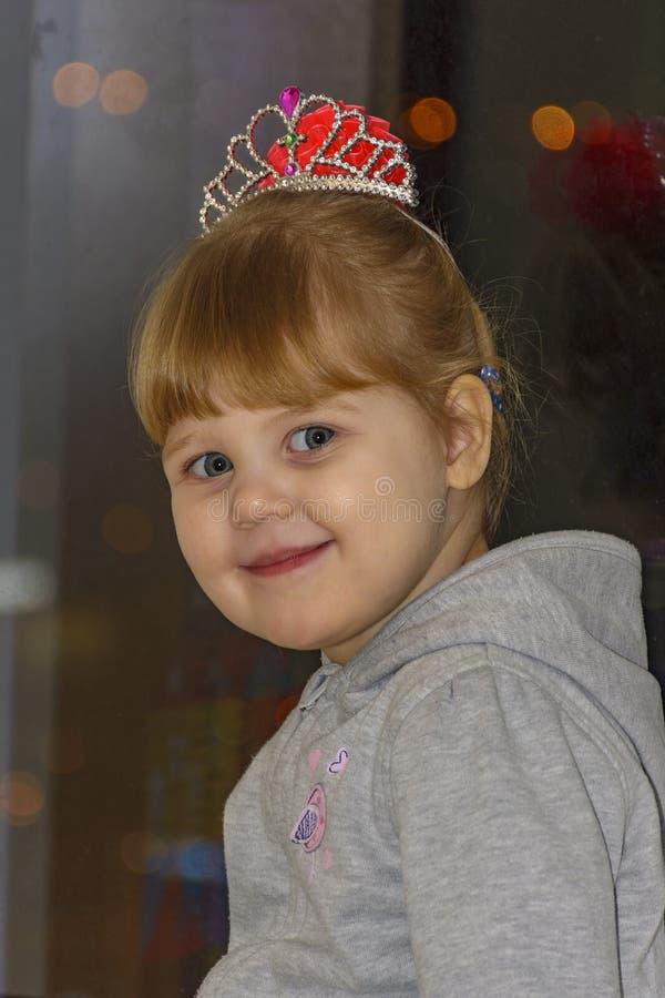 Het kleine blondemeisje met blauwe ogen royalty-vrije stock afbeelding
