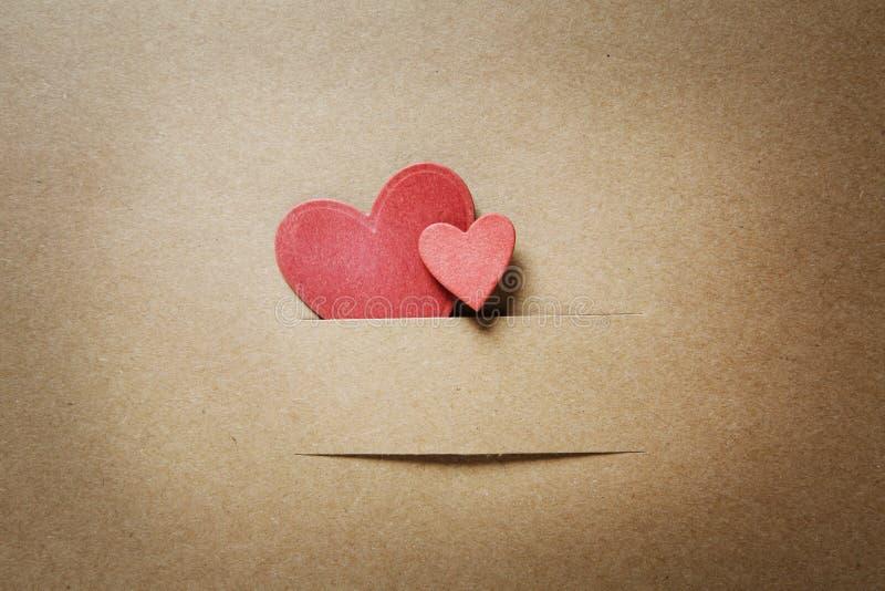 Het kleine document sneed rode harten stock fotografie