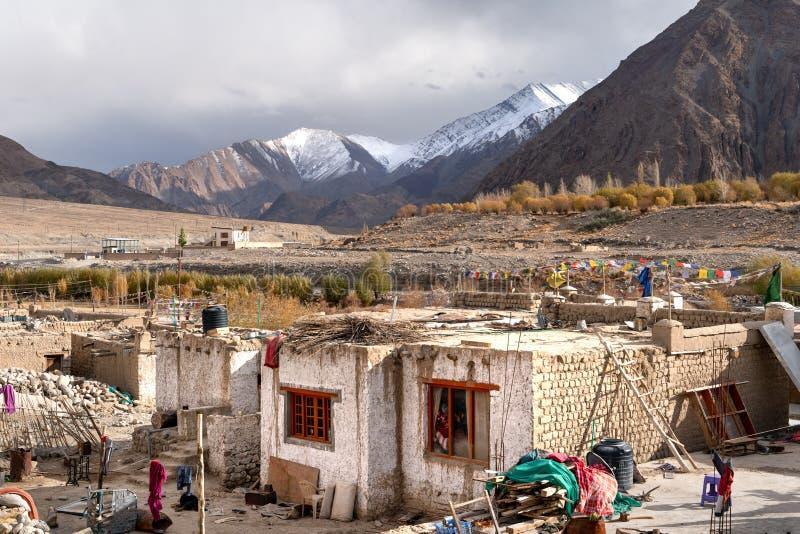 Het kleine dorp op de manier aan Leh stock afbeeldingen
