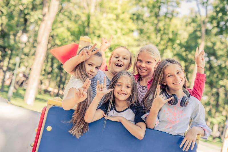 Het kleine het glimlachen meisjes gesturing stock afbeelding