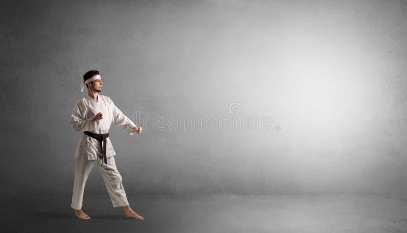 Het kleine karatemens vechten in een lege ruimte royalty-vrije stock foto's