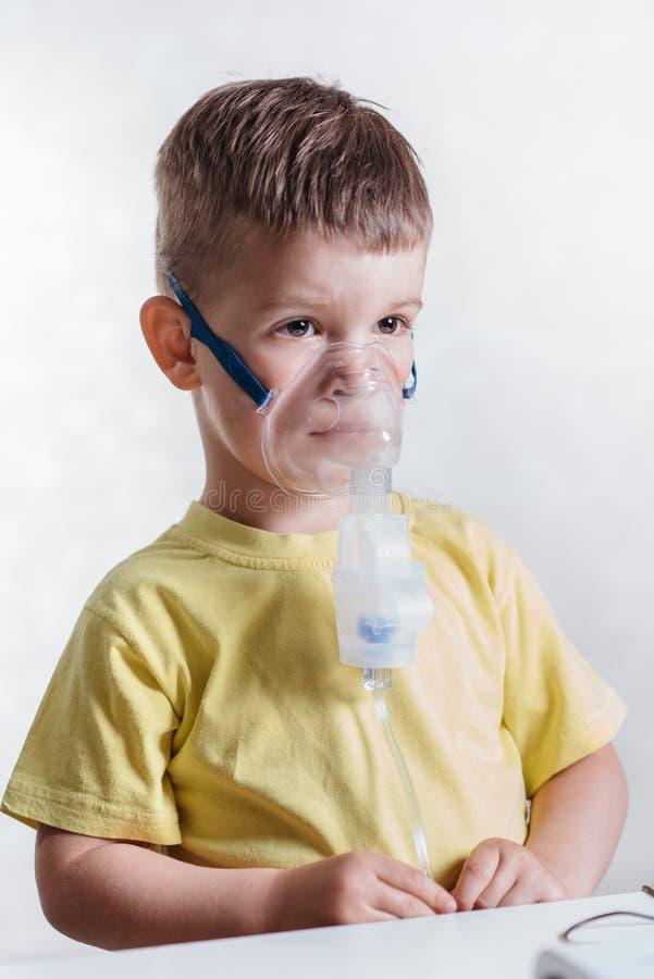 Het kleine kind behandelt thuis bronchitisinhaleertoestel stock fotografie