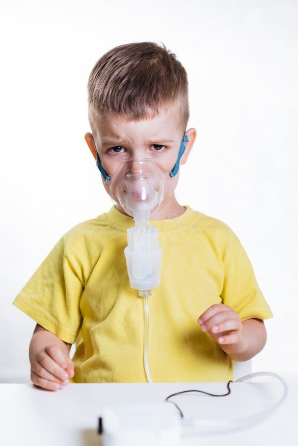 Het kleine kind behandelt thuis bronchitisinhaleertoestel royalty-vrije stock foto