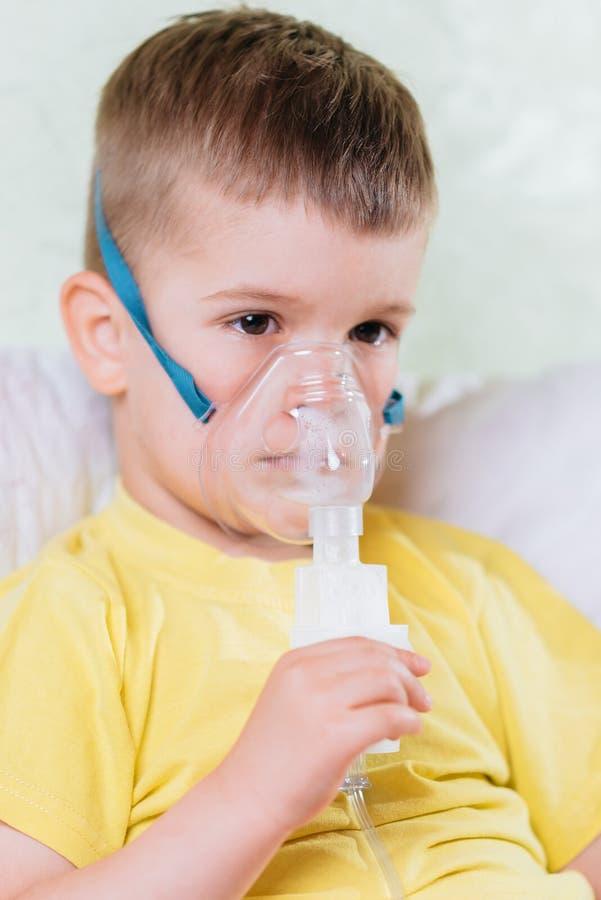 Het kleine kind behandelt thuis bronchitisinhaleertoestel royalty-vrije stock afbeeldingen