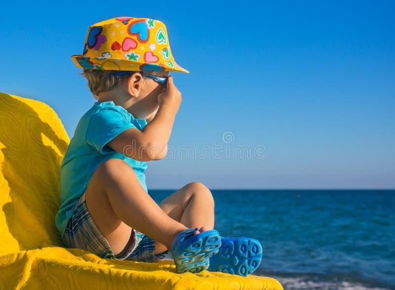 Het kleine kind bekijkt het overzees royalty-vrije stock foto