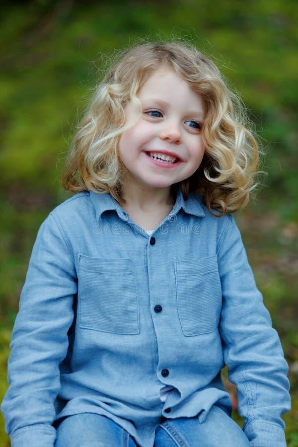 Het kleine kind genieten van van een zonnige dag royalty-vrije stock fotografie