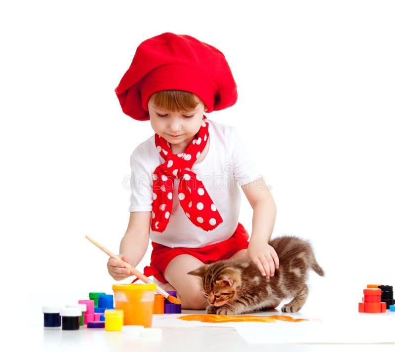 Het kleine kunstenaarskind schilderen. De zitting van het katje dichtbij royalty-vrije stock foto's