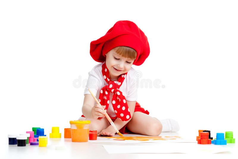 Het kleine kunstenaarskind schilderen met borstel stock fotografie