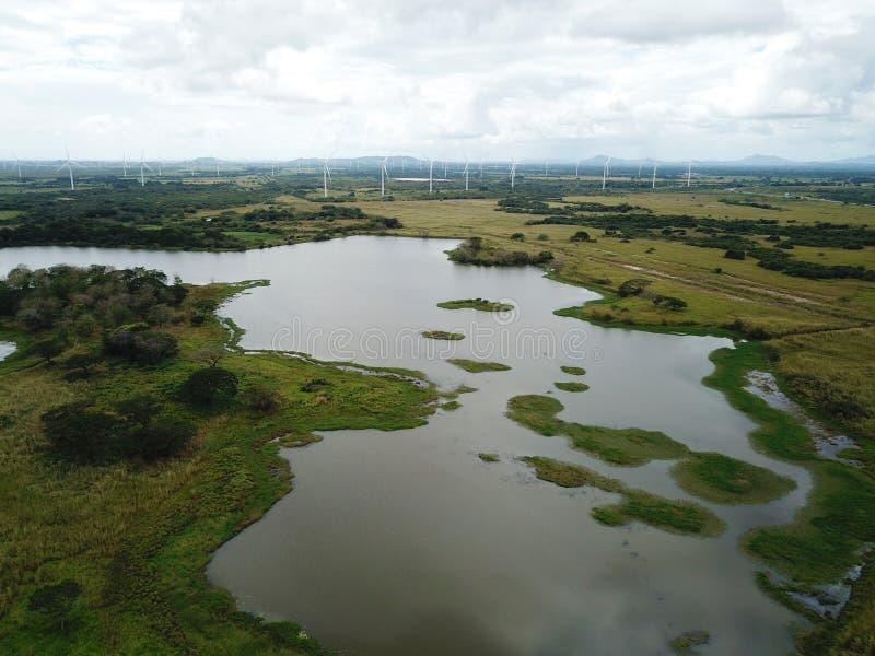 Het kleine meer sorrounded door windturbines in centraal Panama royalty-vrije stock afbeelding