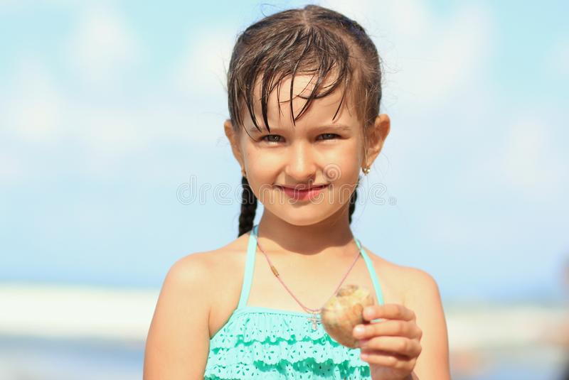 Het kleine mooie meisje in een turkoois badpak royalty-vrije stock fotografie
