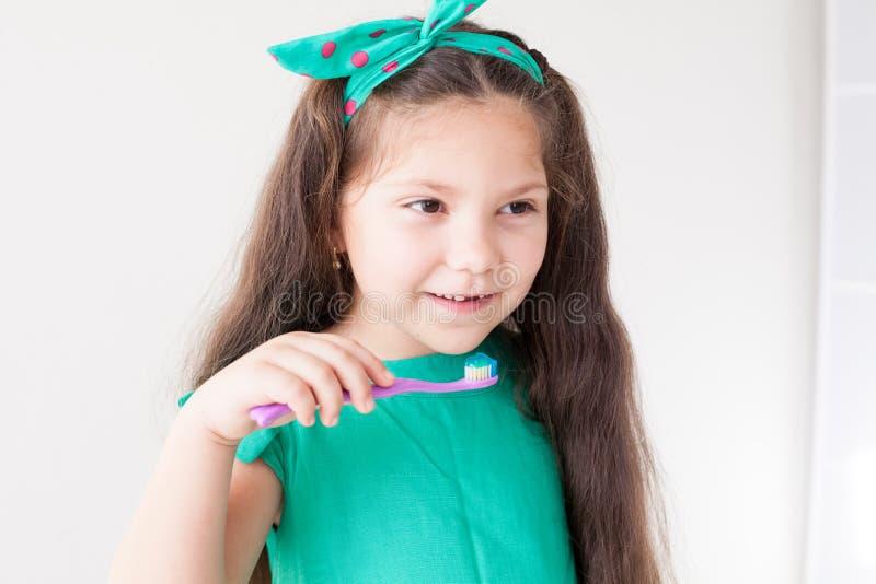 Het kleine mooie meisje maakt de Tandheelkunde van de tandentandenborstel schoon royalty-vrije stock foto