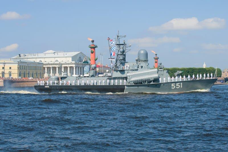 Het kleine raketschip ` Liven ` neemt aan zeeparade op eer van Marinedag deel stock fotografie