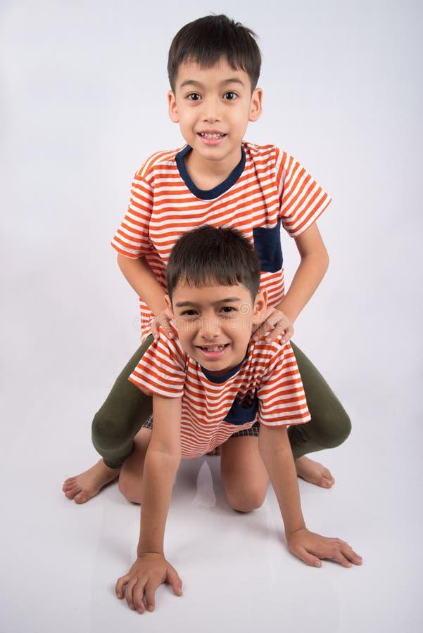 Het kleine siblings jongensbroer het glimlachen bepalen samen met gelukkig gezicht royalty-vrije stock afbeeldingen