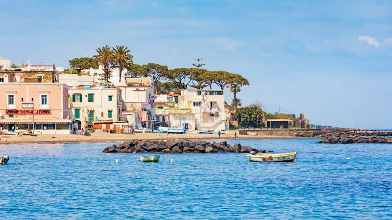 Het kleine strand en het restaurant zijn op mooie kust van Ischia Eiland, Italië royalty-vrije stock fotografie