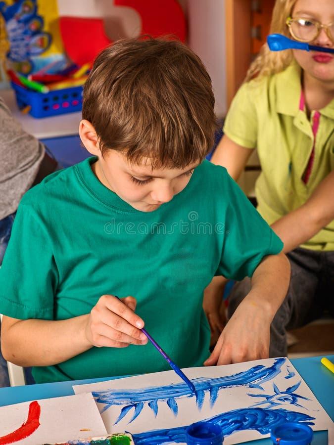 Download Het Kleine Studentenjongen Schilderen In Kunstacademieklasse Stock Afbeelding - Afbeelding bestaande uit schilderijen, klaslokaal: 107707029