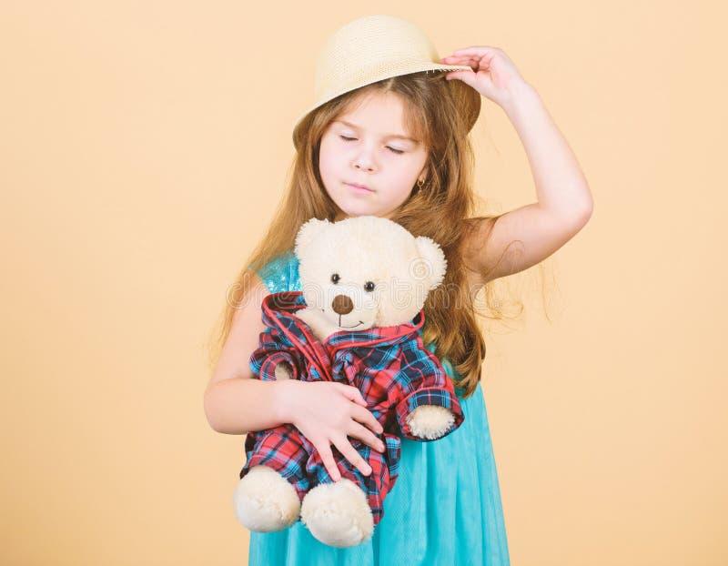 Het kleine van de de hoedengreep van het meisjesstro stuk speelgoed van de de teddybeerpluche In liefde met leuke teddybeer Geluk royalty-vrije stock foto's