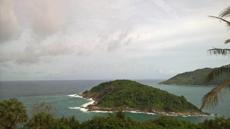 Het kleine verlaten Eiland in de oceaan stock fotografie