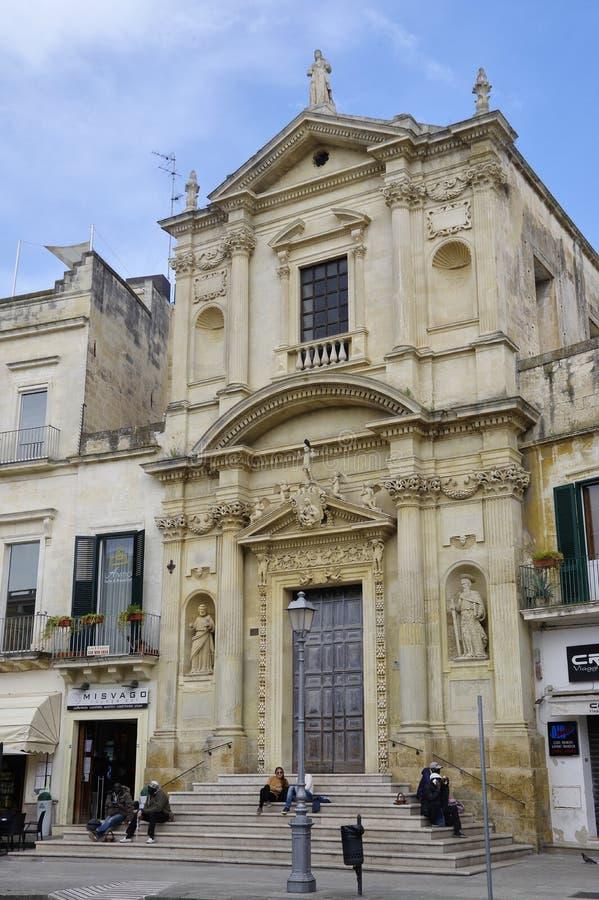 Het kleine vierkant met één van vele kerk in historisch centrum van stad Lecce, Italië royalty-vrije stock afbeelding