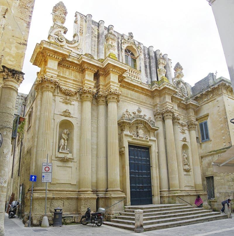 Het kleine vierkant met één van vele kerk in historisch centrum van stad Lecce, Italië royalty-vrije stock foto's