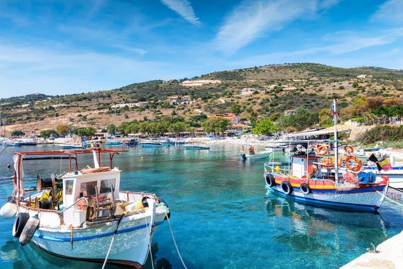Het kleine visserijdorp van Agios Nikolaos op het eiland van Zakynthos, Griekenland stock foto's