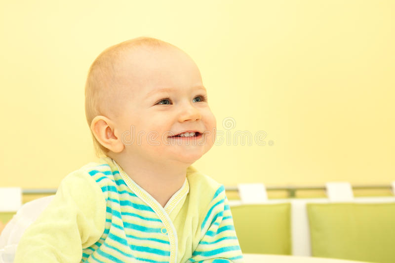Het kleine vrolijke kijken en de glimlachen van de kindjongen stock foto's
