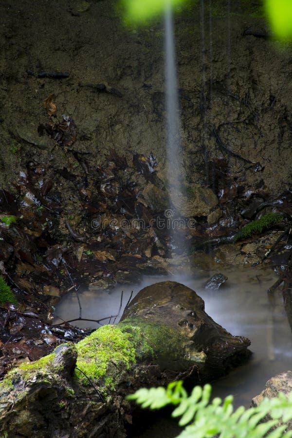 Het kleine waterval dalen op rotsen royalty-vrije stock foto's