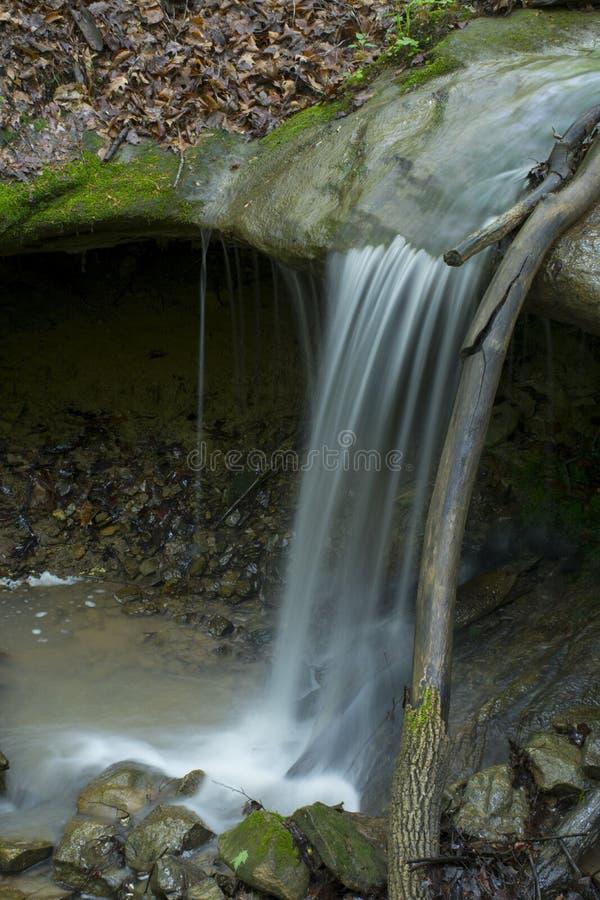 Het kleine waterval dalen op rotsen royalty-vrije stock afbeelding