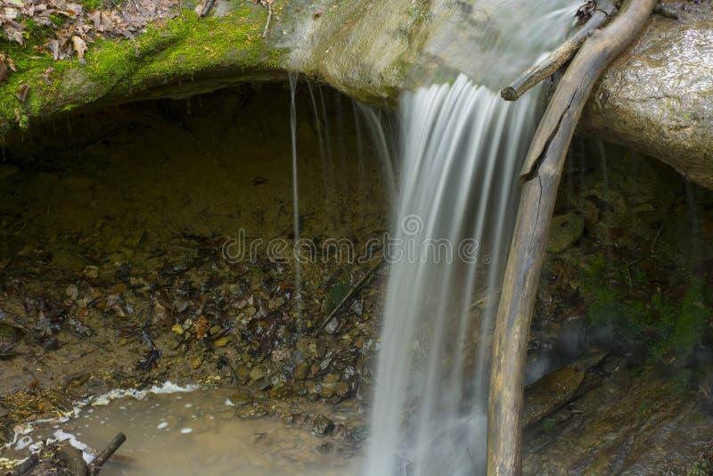 Het kleine waterval dalen op rotsen royalty-vrije stock afbeeldingen