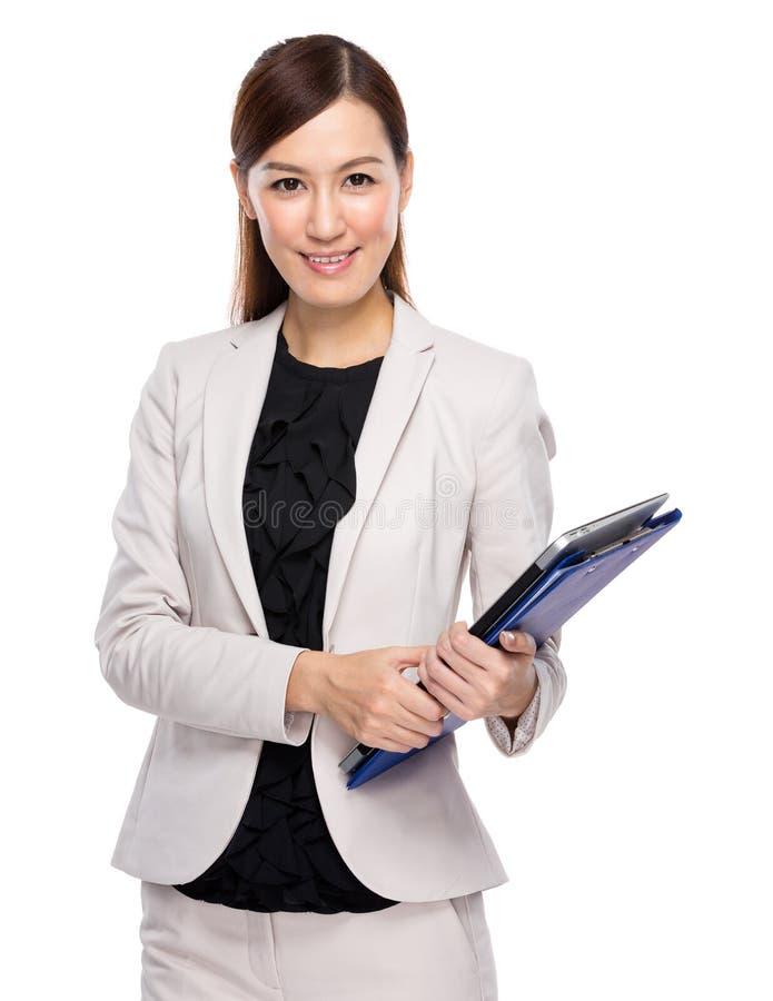 Het klembord en laptop van de onderneemstergreep stock foto