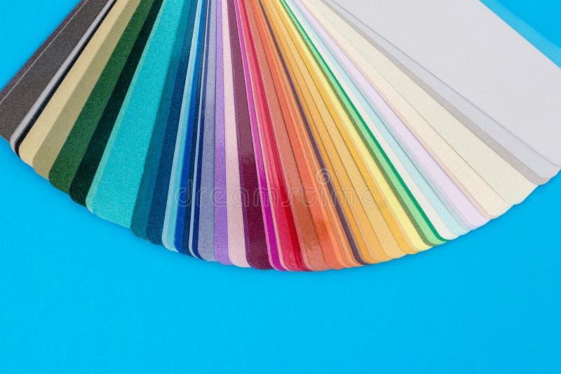 Het kleurenmonster op blauw wordt geïsoleerd dat maakt op royalty-vrije stock afbeelding