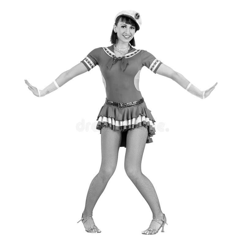 Het kleurloze portret van jonge dansersvrouw kleedde zich als zeeman het stellen op een geïsoleerde witte achtergrond stock foto's