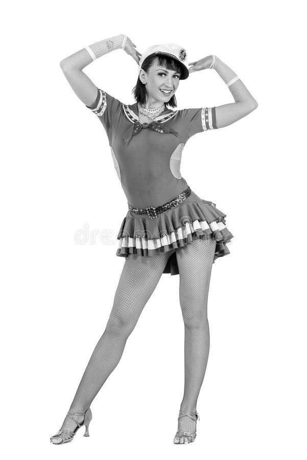 Het kleurloze portret van jonge dansersvrouw kleedde zich als zeeman het stellen op een geïsoleerde witte achtergrond stock foto