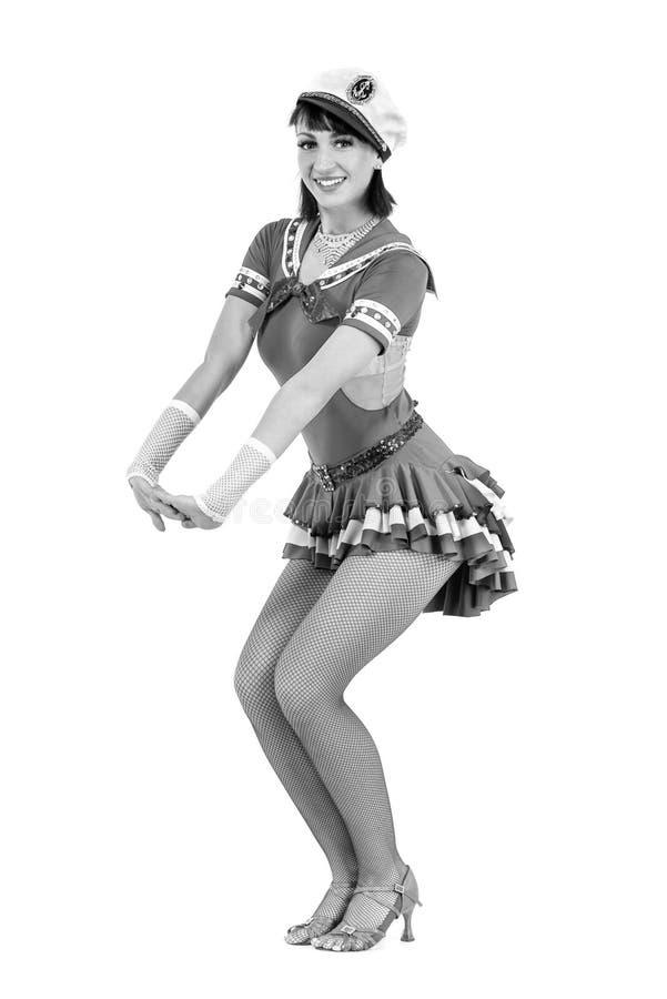 Het kleurloze portret van jonge dansersvrouw kleedde zich als zeeman het stellen op een geïsoleerde witte achtergrond royalty-vrije stock fotografie