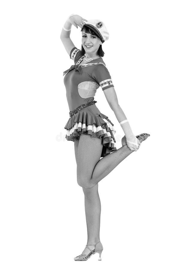 Het kleurloze portret van jonge dansersvrouw kleedde zich als zeeman het stellen op een geïsoleerde witte achtergrond royalty-vrije stock afbeelding