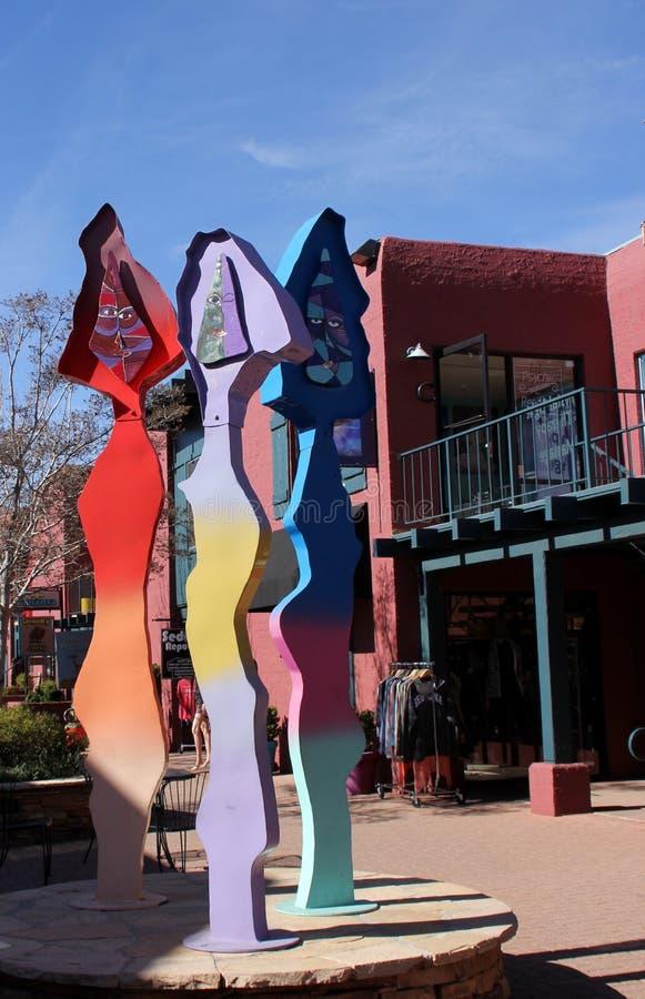 Het kleurrijke abstracte beeldhouwwerk van de Straatkunst in Sedona, Arizona stock foto's