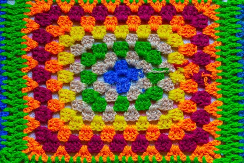 Het kleurrijke breien of haakt stoffentextuur voor de achtergrond van het verwezenlijkingsontwerp en wevend helder kleurrijk wolp stock fotografie