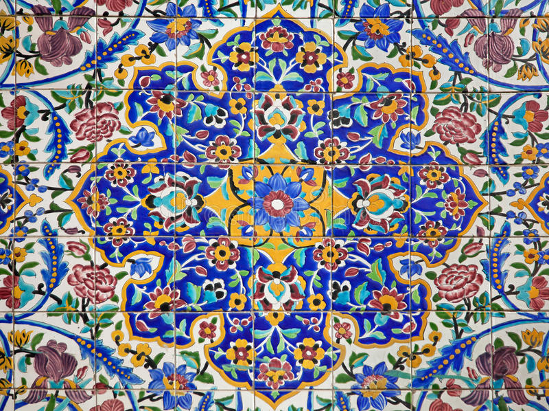Het kleurrijke die Ontwerp van de Bloem op Tegels wordt geschilderd royalty-vrije stock fotografie