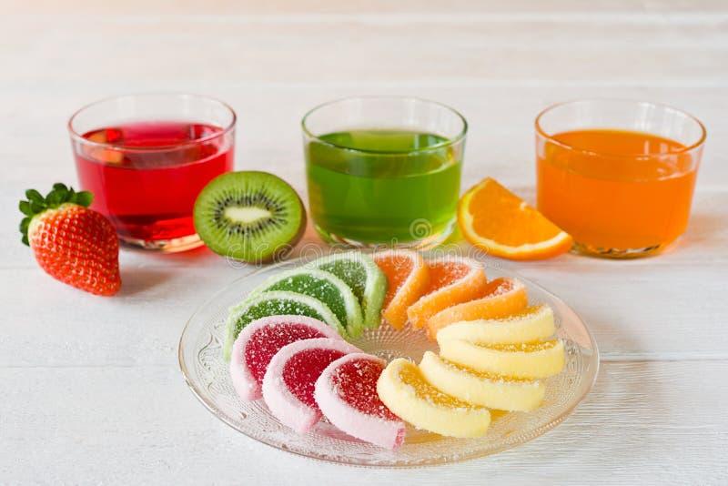 Het kleurrijke die suikergoed van de fruitgelei in cirkel op houten lijst wordt geschikt stock foto