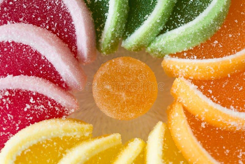 Het kleurrijke die suikergoed van de fruitgelei in cirkel op houten lijst wordt geschikt royalty-vrije stock foto's
