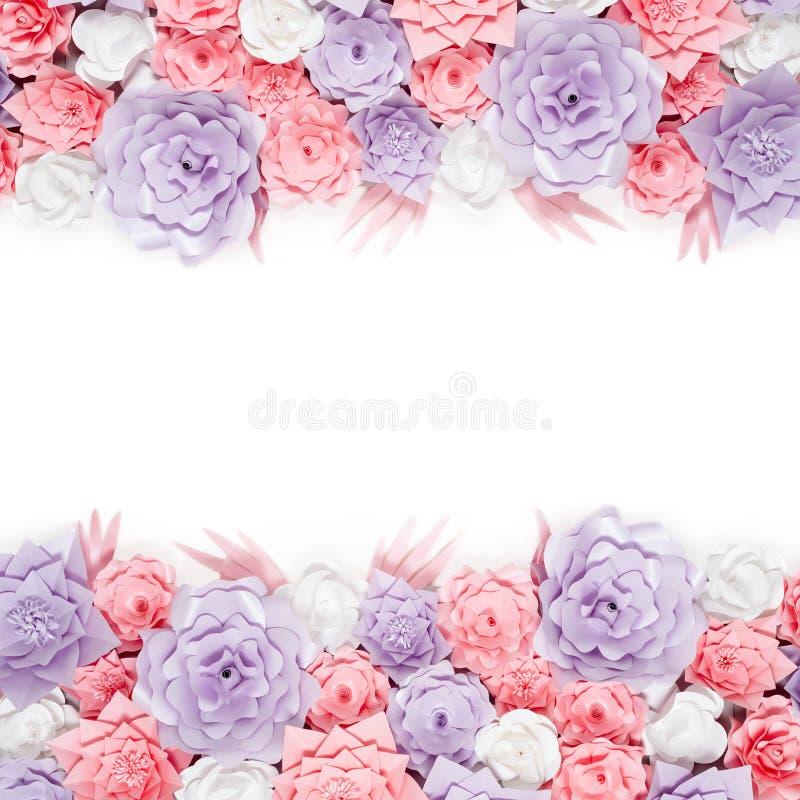 Het kleurrijke document bloeit achtergrond Bloemenachtergrond met met de hand gemaakte rozen voor huwelijksdag of verjaardag stock foto