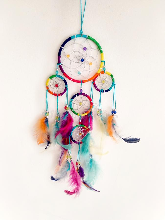 Het kleurrijke dreamcatcher hangen tegen een witte muur stock foto's